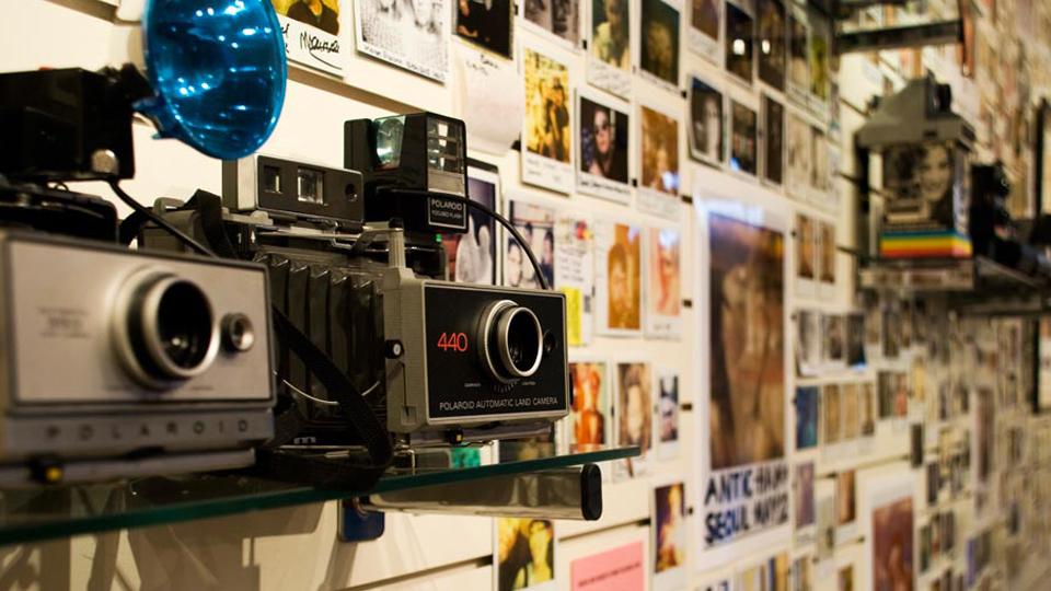 412ccb241a496 Polaroid planeja abrir loja física