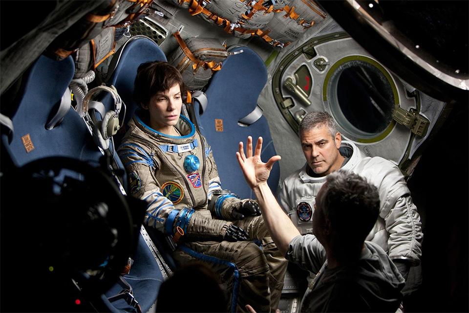 Alfonso Cuarón com Sandra Bullock e George Clooney no set
