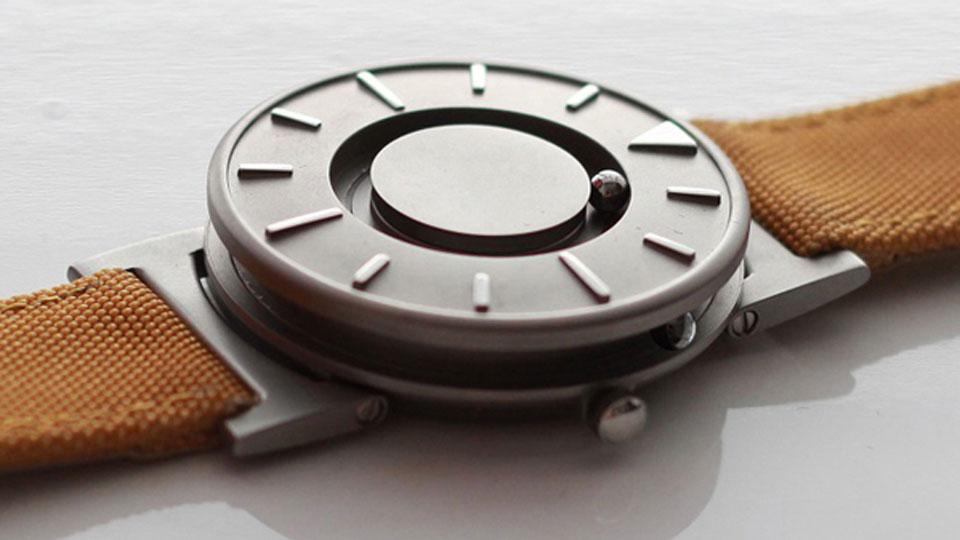 22b6626b6b8 Um relógio criado para cegos está chamando a atenção também de quem tem a  visão perfeita