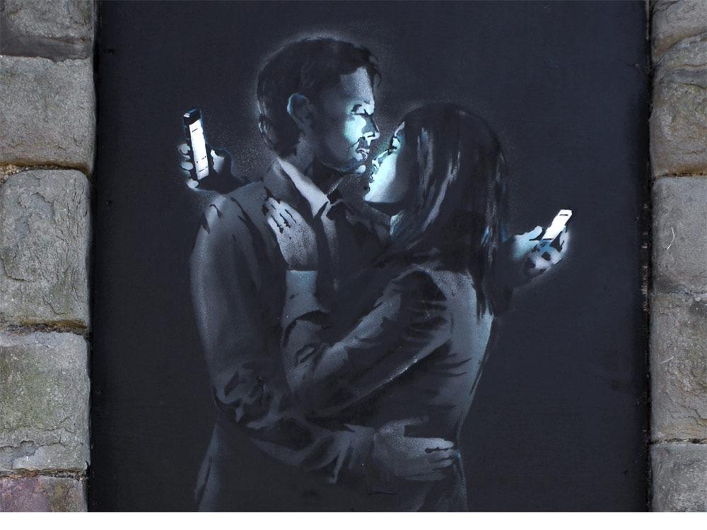 banksy-casal-smartphone