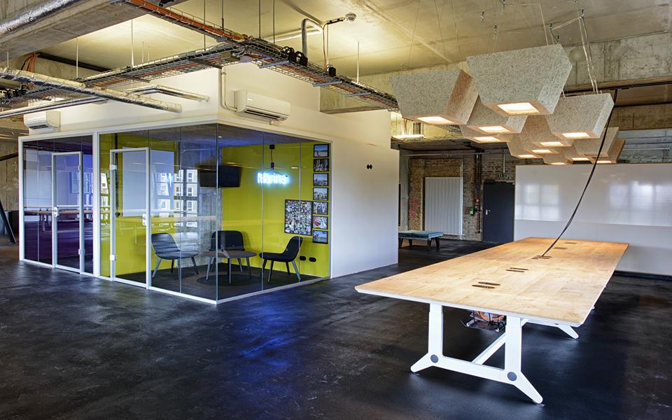 A Marina é uma das  salas de reunião do segundo andar. Outras salas  tem nomes de bairros de Berlim, como Kreuzberg e Mitte
