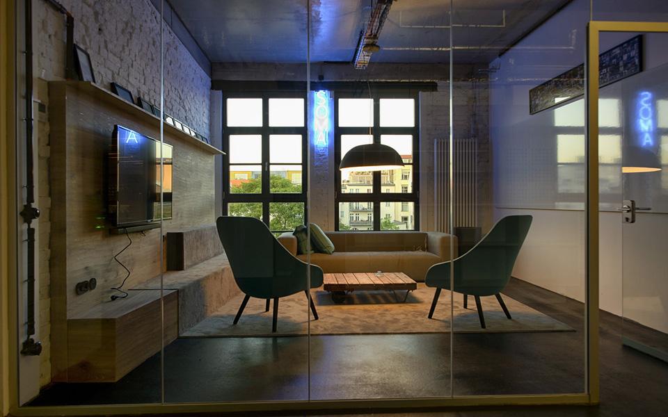 Uma das salas de reunião com vista para o bairro do Mitte. O escritório ainda conta com salas a prova de som para ligar para família, cantinho do cochilo e estúdio de produção