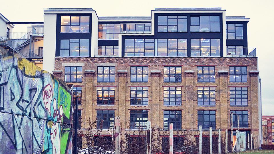 Localizada no bairro do Mitte, o prédio do Soundcloud faz fronteira com um dos pedaços remanescentes da Cortina de Ferro. A empresa está do antigo lado oriental e tem como vizinha o Mauer Memorial, que reúne informações sobre vítimas da divisão política do país
