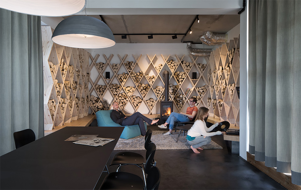 Os móveis criados para o escritório são multifuncionais. Na foto, a recepção