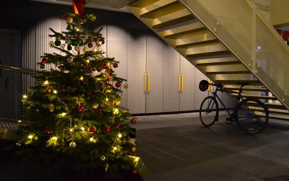 A árvore de Natal do Soundcloud. Os armários do fundo servem de dispensa para a cozinha, que fica no andar de cima