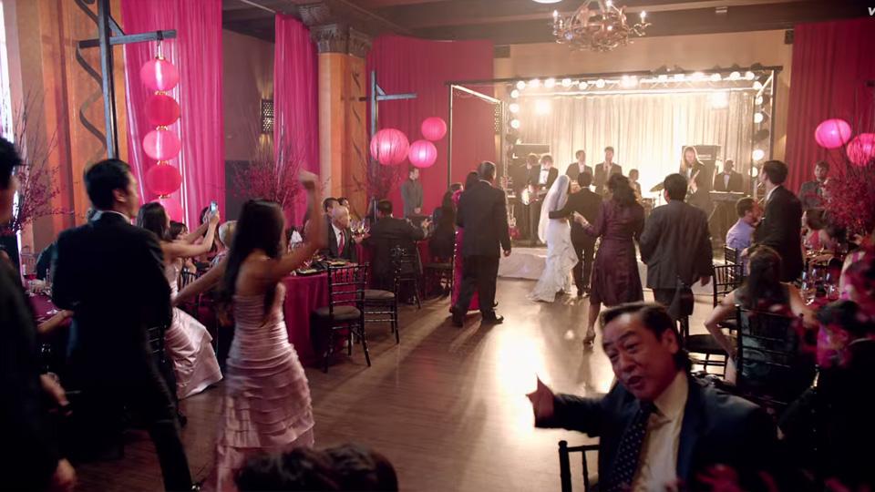 Maroon 5 aparece de penetra em casamentos para novo clipe for Maroon 5 wedding video