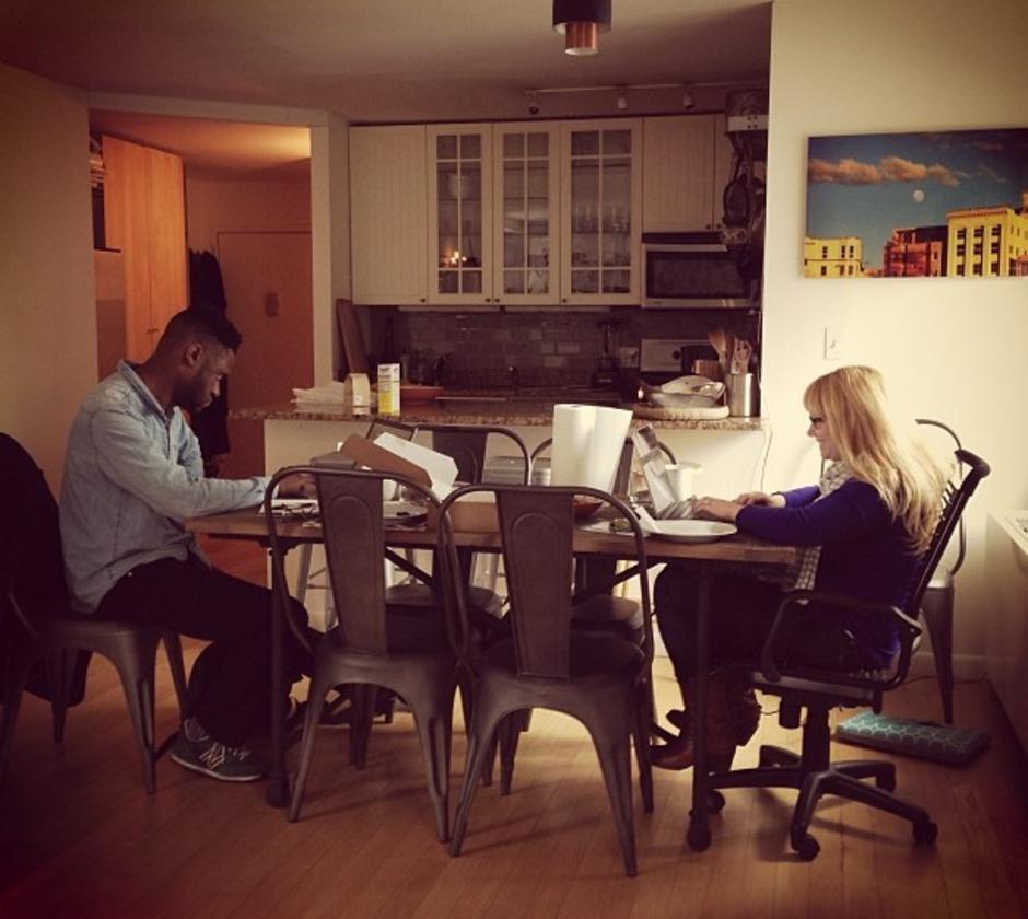 Os freelancers Nancy e Jerry visitam o homeoffice de Sharona, que oferece cozinha, microfones de rádio e uma Canon 5D