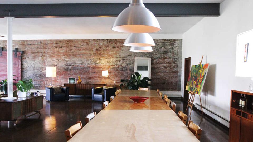 A designer têxtil Shell Martinez compartilha seu estúdio, onde abre as portas para segundas mais criativas