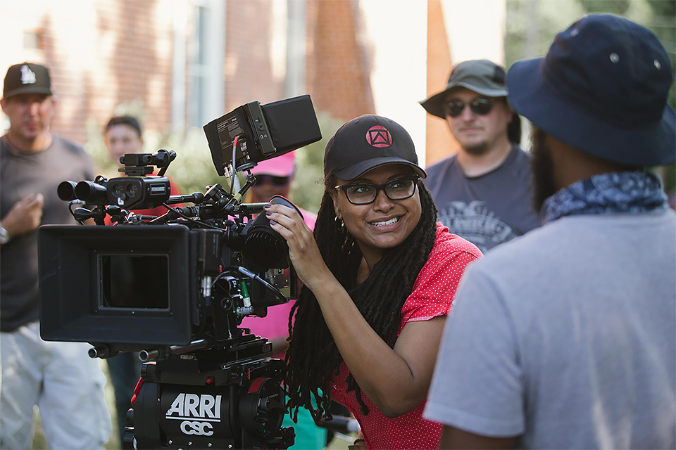 A diretora Ava DuVernay no set