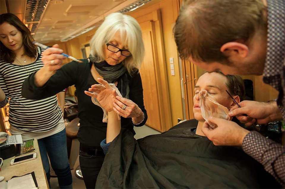 O processo de maquiagem de Eddie Redmayne