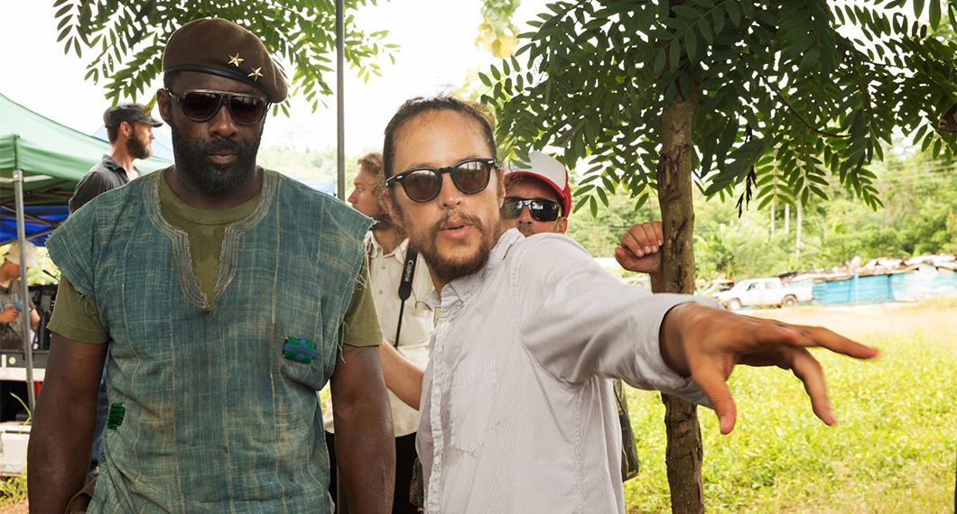 O diretor Cary Joji Fukunaga no set com Idris Elba