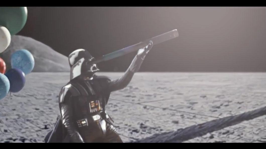 O emocionante comercial da John Lewis, mas com Darth Vader no lugar do homem solitário