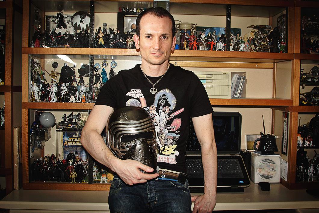 Rodrigo Moreno com uma réplica do capacete de Kylo Ren, vilão do novo filme