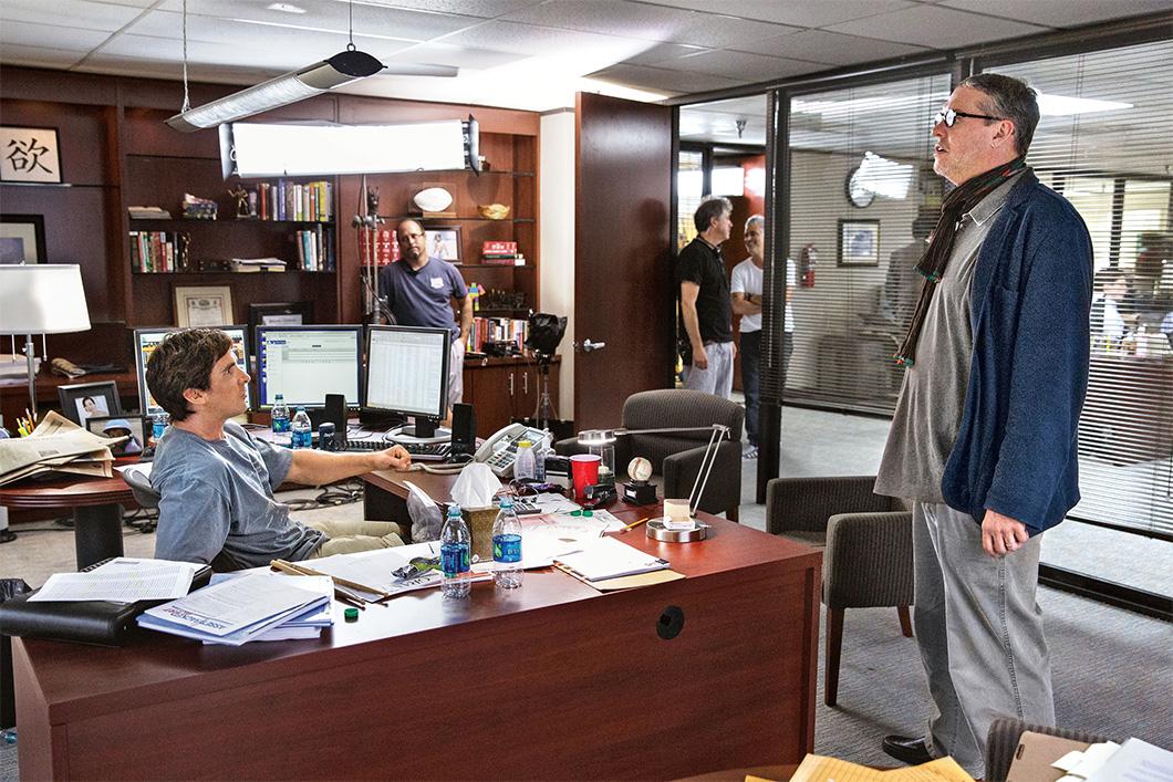 Adam McKay, à direita, com Christian Bale no set