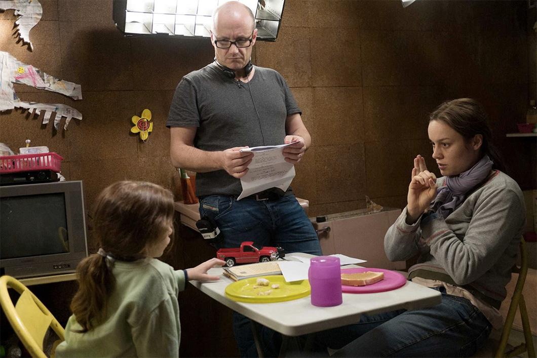 O diretor Lenny Abrahamson com Brie Larson e Jacob Tremblay no set