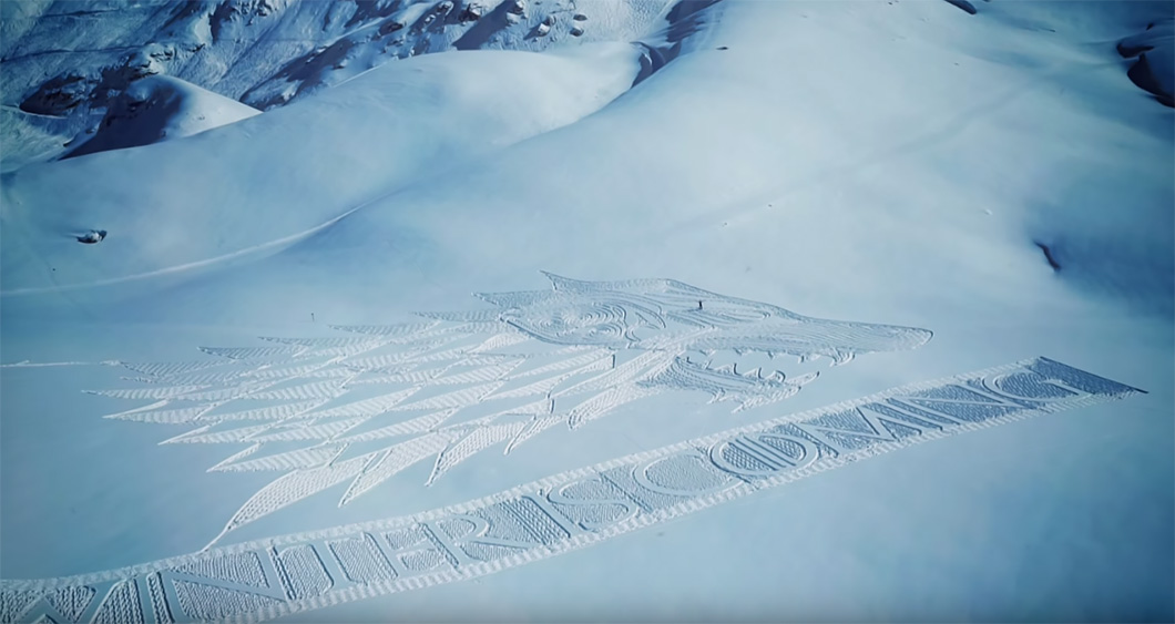 Arte na neve exibe a insígnia da Casa Stark, um lobo, de Game of Thrones