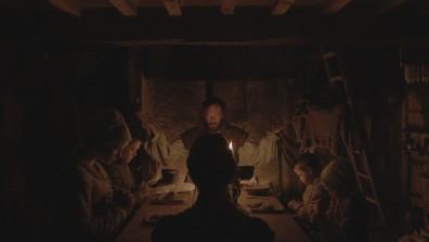 """Cena do filme """"A Bruxa"""", em que a família protagonista reza em volta da mesa"""