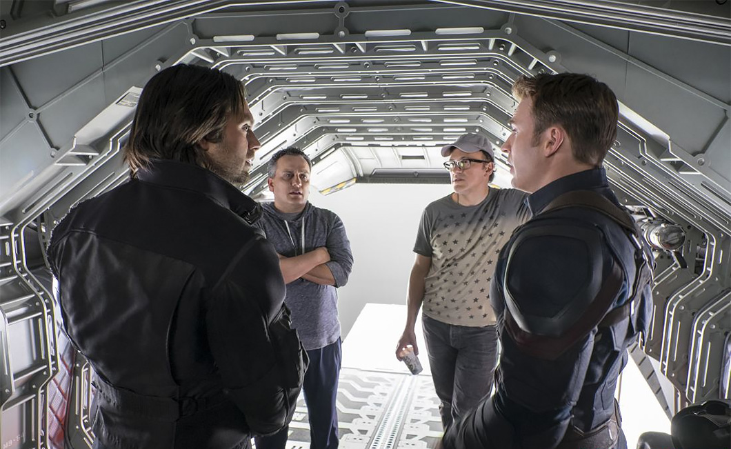 Os diretores Anthony Russo e Joe Russo (ao fundo) no set