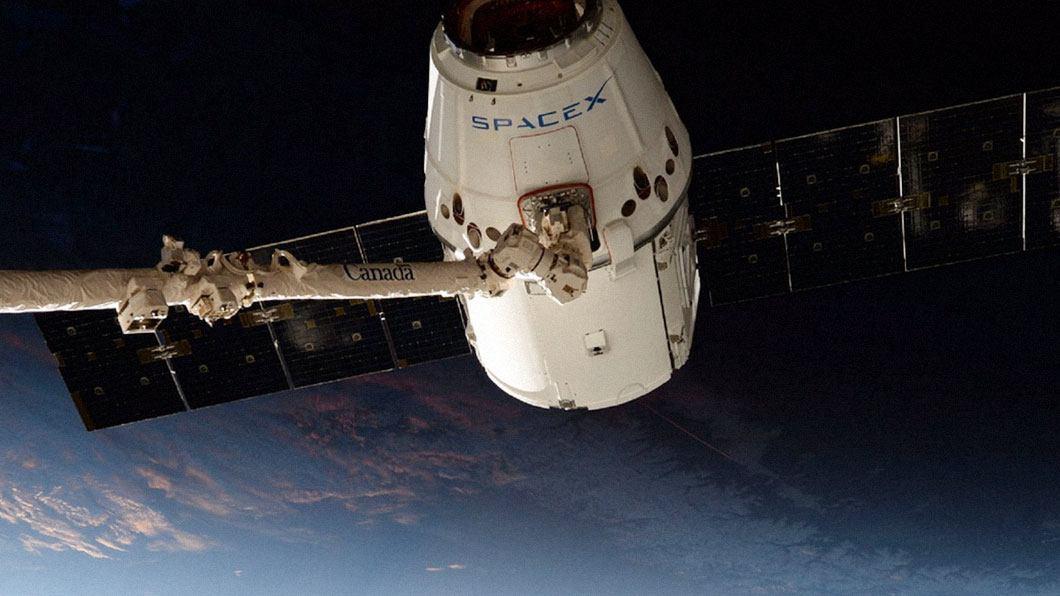 Elon Musk revela primeira foto do traje espacial da SpaceX