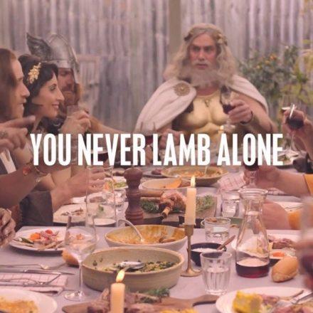 Jesus, Buda e Ganesha curtem churrasco com ateia em anúncio inusitado