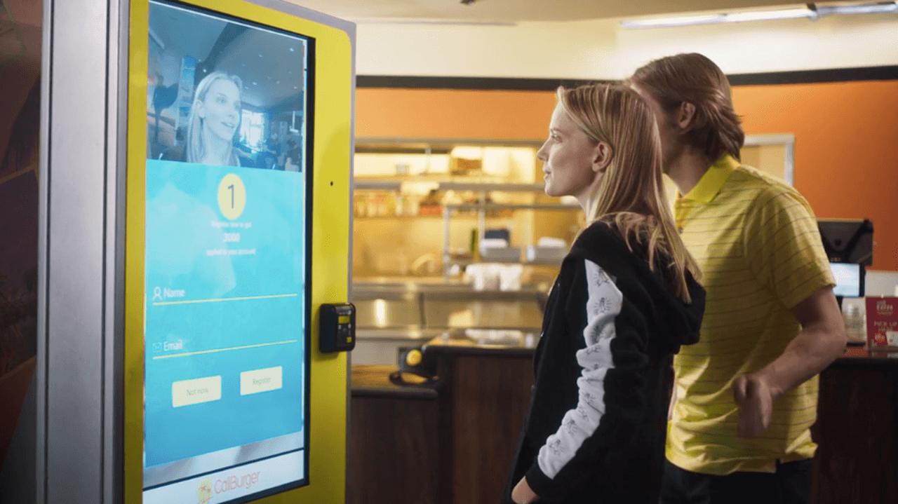 Rede de fast food inaugura máquina de autoatendimento com reconhecimento facial