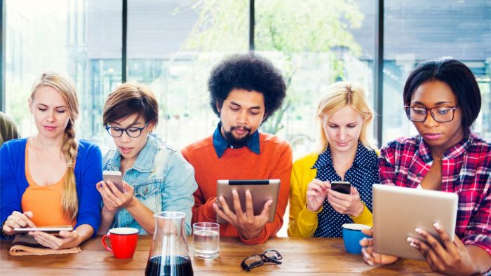 20150825_cellphones_group_texting.0