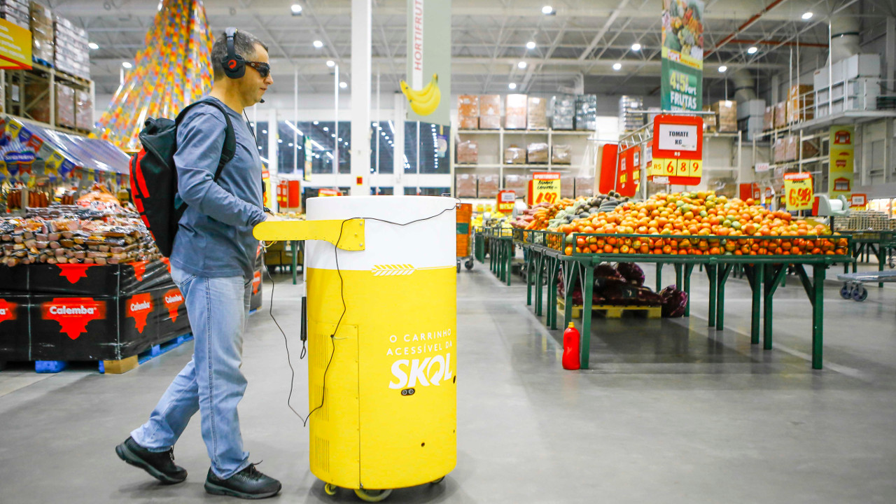 Skol testa carrinho de compras que ajuda pessoas com deficiência visual