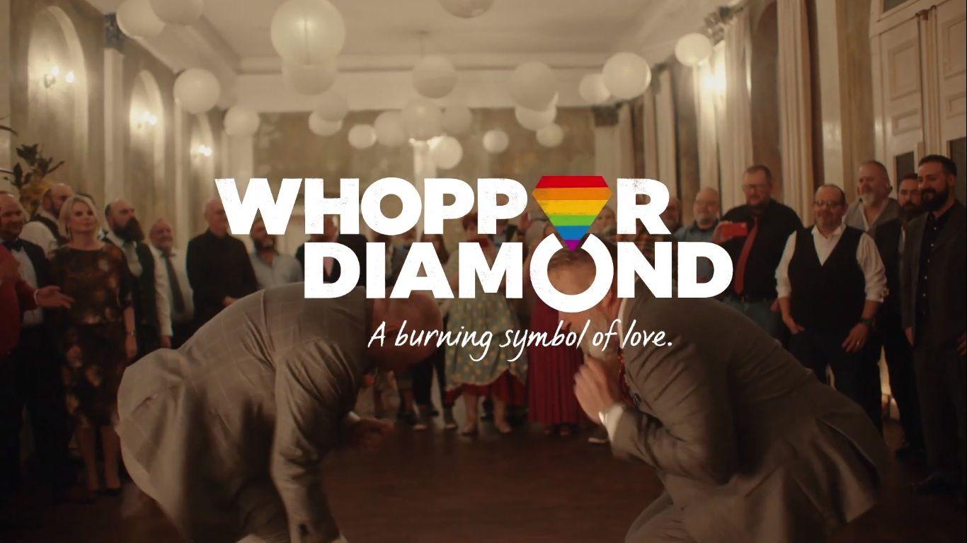 Burger King cria anéis de casamento a partir de cinzas de Whopper para celebrar Mês do Orgulho LGBT+