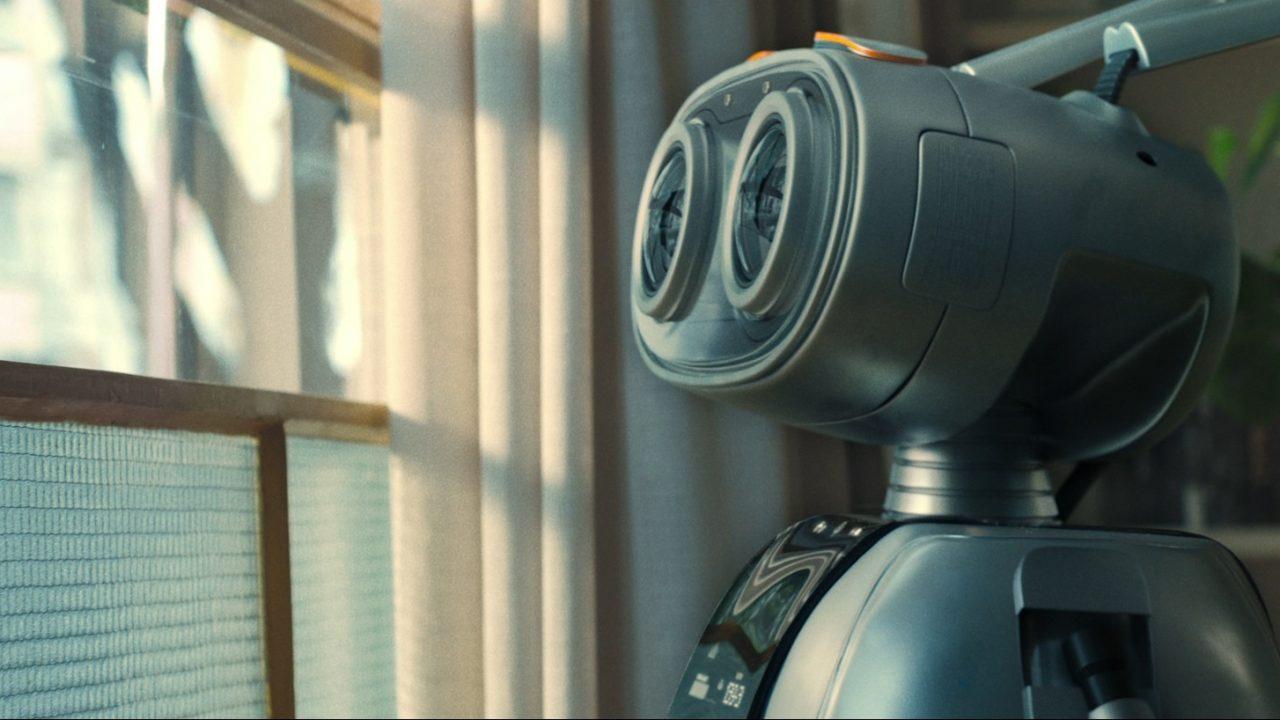 Com robô dublado por Matheus Nachtergaele, Itaú prega por futuro mais humano em comercial de fim de ano