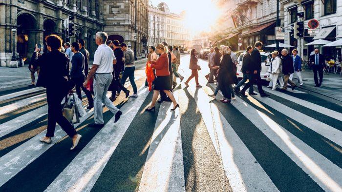 pessoas-andando-robo-analise